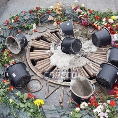 В Киеве вандалы залили цементом Вечный огонь (фото)