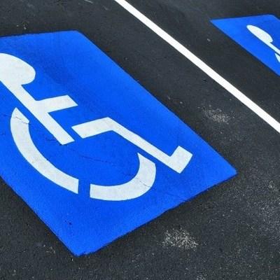 В Днепре возле ТРЦ зарисовали места для парковки людей с инвалидностью после повышения штрафов