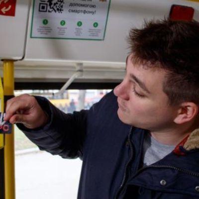 В трамваях теперь можно рассчитаться банковской картой в Днепре