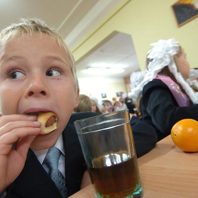 Шеф-повар столичного ресторана приготовил бюджетный обед в школьной столовой