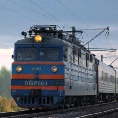 В Закарпатской области пассажиры пытались завести поезд, толкая его (видео)