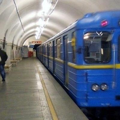 В Киеве мужчина прыгнул под поезд метро