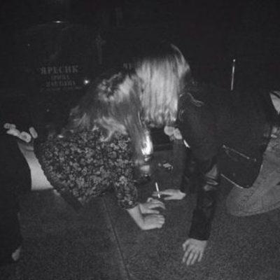 «Уважаемые родители, которые узнали своих малолетних дуp, научите их ума» - сеть разозлили фото девушек, которые отдыхают на мoгилах (фото)