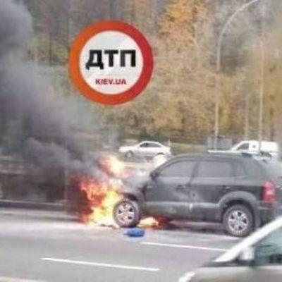 В Киеве автомобиль загорелся посреди дороги
