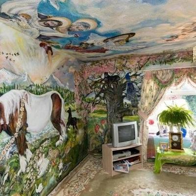 Живет как в музее: пенсионерка разрисовала свою квартиру