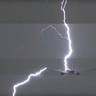 Во время взлета в самолет бабахнула молния (видео)