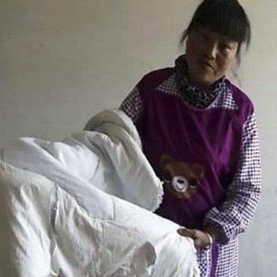 Мечтала услышать, как ее сын говорит слово мама: 30-летний сын выглядит, как 2-летний ребенок (фото)