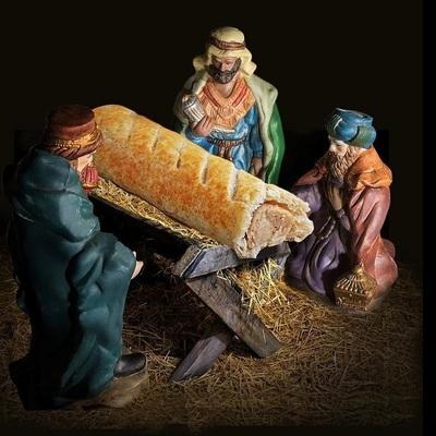 Верующих возмутил календарь с сосиской в тесте вместо Иисуса