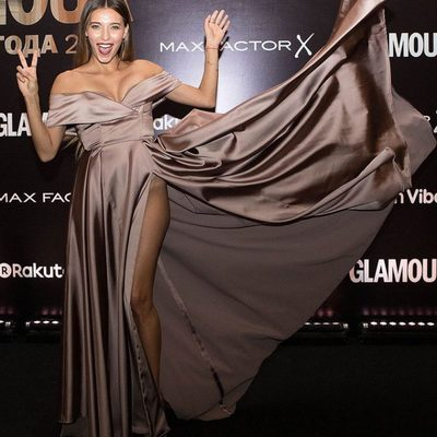 Регина Тодоренко в роскошном платье с высоким разрезом обескуражила публику
