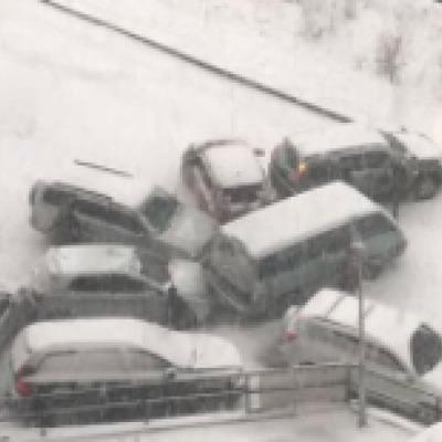 Снежный коллапс: в России десятки машин таранят друг друга