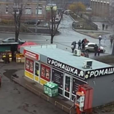 В Киеве средь бела дня похитили женщину (видео)
