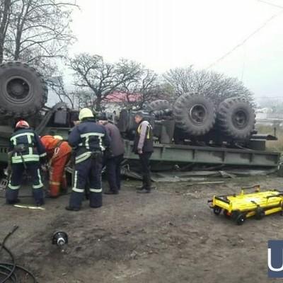 В Запорожье перевернулся грузовик с военными, один человек погиб (фото)