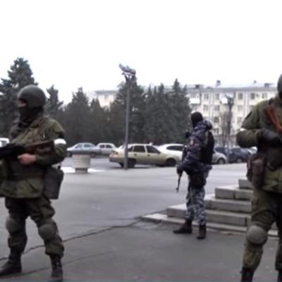 Центр Луганска оцепили люди с автоматами и БТРом (фото, видео)