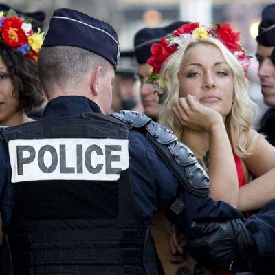 Грудастые активистки Femen разделись на честь Порошенко (видео)