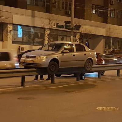 «80 метров по отбойнику»: в Киеве обнаружили оригинально припаркованный автомобиль (фото, видео)