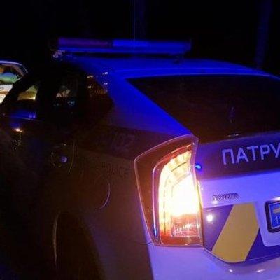 В Киеве три человека устроили драку посреди проезжей части (фото)