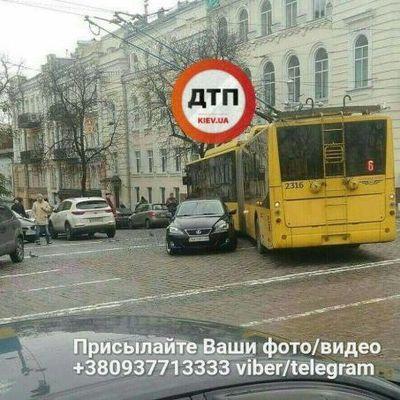 Движение троллейбусов парализовано: В центре Киева посреди дороги припарковался Lexus