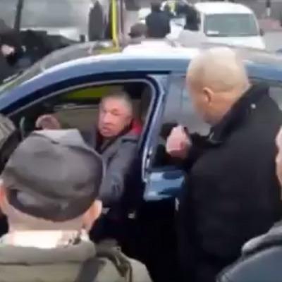 В Киеве избили водителя, который припарковал автомобиль посреди дороги (видео)
