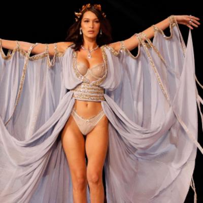 Белла Хадид засветила пышный бюст во время показала Victoria's Secret-2017