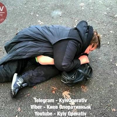 В Киеве пьяная автоледи выпала из машины и уснула на асфальте (фото)