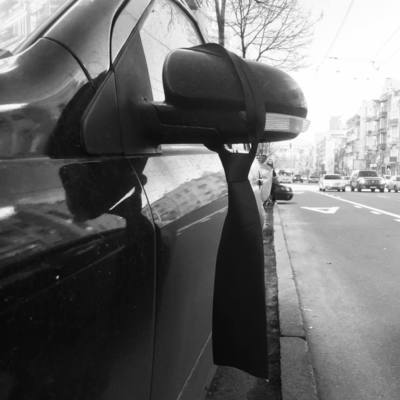 В Киеве на автомобили массово развесили галстуки, киевляне гадают о причинах (фото)