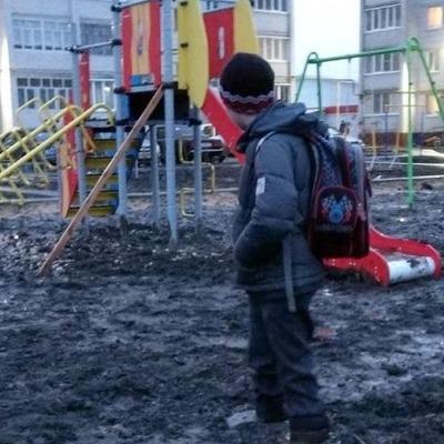 В России школьника засосало в грязь на детской площадке (видео)
