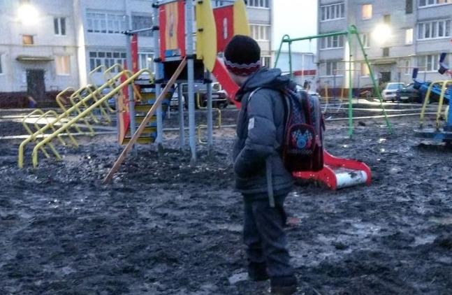 ОНФ снял навидео, как ребенка засосало вгрязь надетской площадке