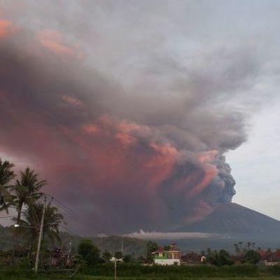 Почти 60 тысяч человек заблокированы в аэропорту Бали из-за извержения вулкана (видео)
