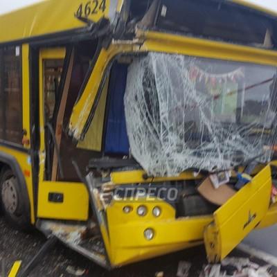 В Киеве маршрутка на полном ходу протаранила грузовик, есть пострадавшие (фото, видео)