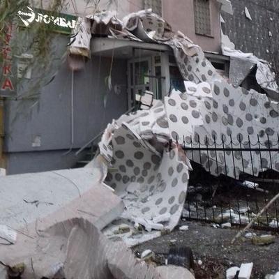 Утеплились: в Киеве со стены многоэтажки рухнул пенопласт