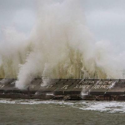 Мощный шторм обрушился на берега Одессы: яркие фото