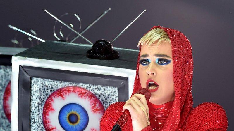 Кэти Перри выбила изрук фанатки телефон огромным надувным глазом— Досадный конфуз