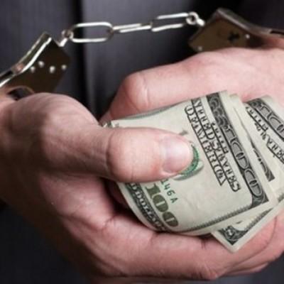 Столичного полицейского задержали на крупной взятке