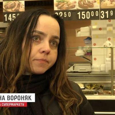 Моется в туалете и ночует на лавке: во Львове экс-госслужащая три месяца живет в торговом центре (видео)