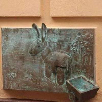 В столице появилась памятная табличка украденному ослику (фото)