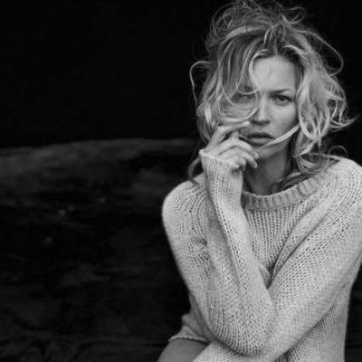 Мосс показала обнаженную грудь и объятия с женщиной в рекламе Yves Saint Laurent (видео)