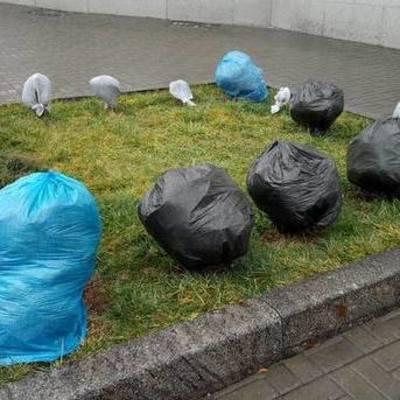 Киевлян возмутили упакованные в полиэтилен туи