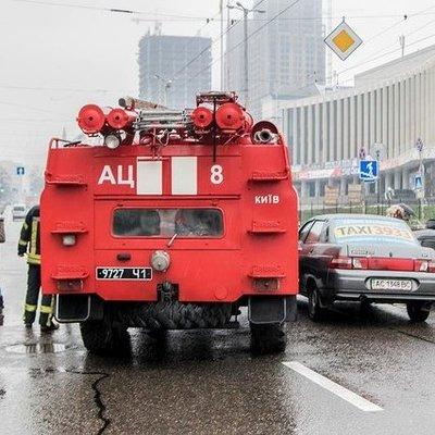 В центре Киева пожарная машина протаранила легковушку (фото)