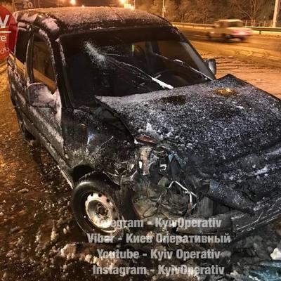 В Киеве снегоуборочная машина развернулась на двойной сплошной и устроила ДТП