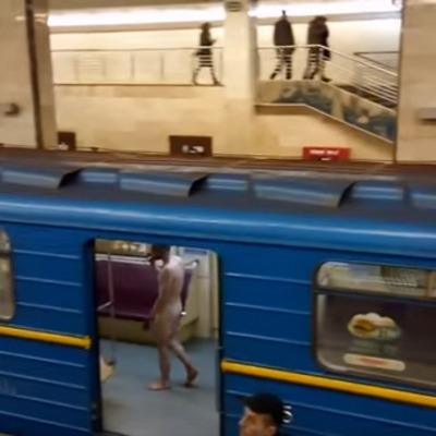 Полностью голый мужчина пытался угнать поезд метро в столичной подземке (видео)