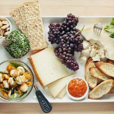 Полезные перекусы утром, в обед и вечером: продукты, которыми можно питаться в офисе
