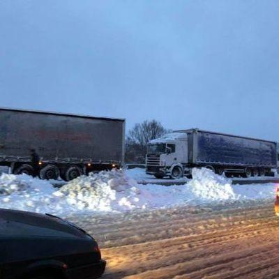 Под Киевом стоят километровые очереди из грузовиков: въезды в столицу заблокированы (фото)