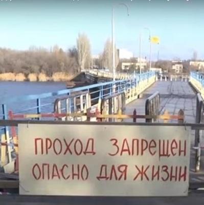 В Николаеве от берега оторвался пешеходный мост (видео)