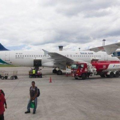 В аэропорту грузовик въехал в пассажирский самолет (видео)