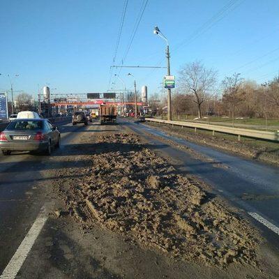 В Киеве грузовик засыпал грунтом проспект (фото)