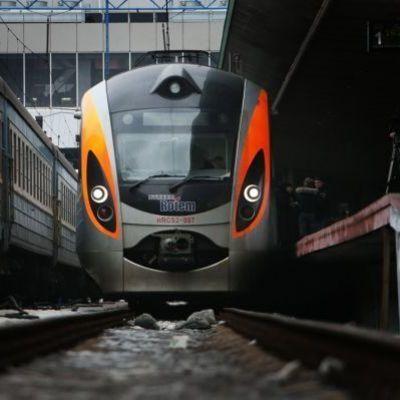 Движение поездов остановили: железнодорожники провели акцию протеста, требуя повышения зарплаты на 100%