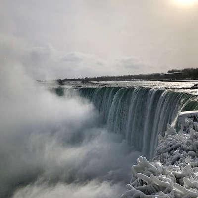 Рекордно низкая температура в США приморозила Ниагарский водопад