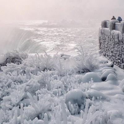 Рекордный холод: Ниагарский водопад частично замерз