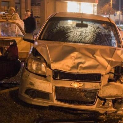 С похмелья за руль: в центре Киева устроили масштабное ДТП