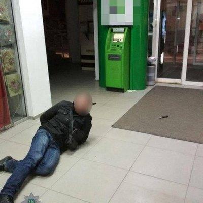 В Днепре пьяный мужчина напал с ножом на банкомат, который не давал ему деньги